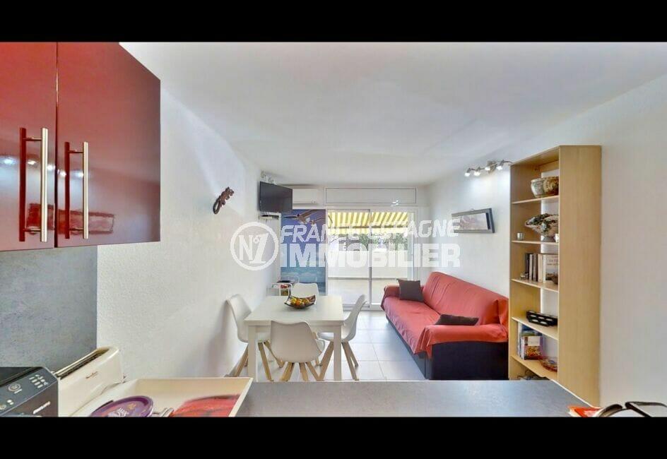 empuriabrava immo: appartement 53 m² avec 2 chambres, séjour avec canpé, table et chaises