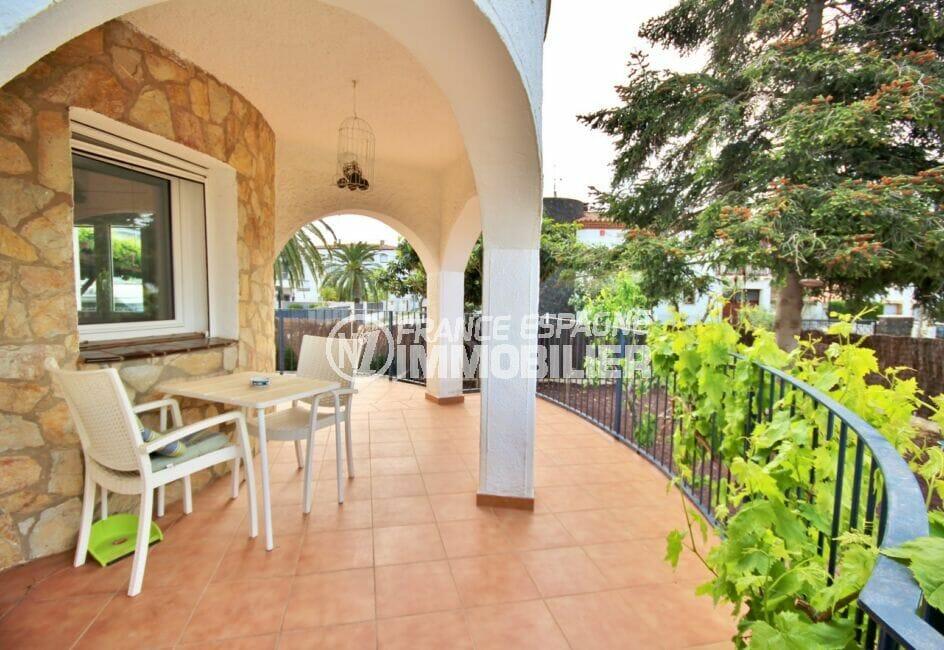 vente maison empuriabrava, 5 pièces 265 m², jolie terrasse avec table et chaises