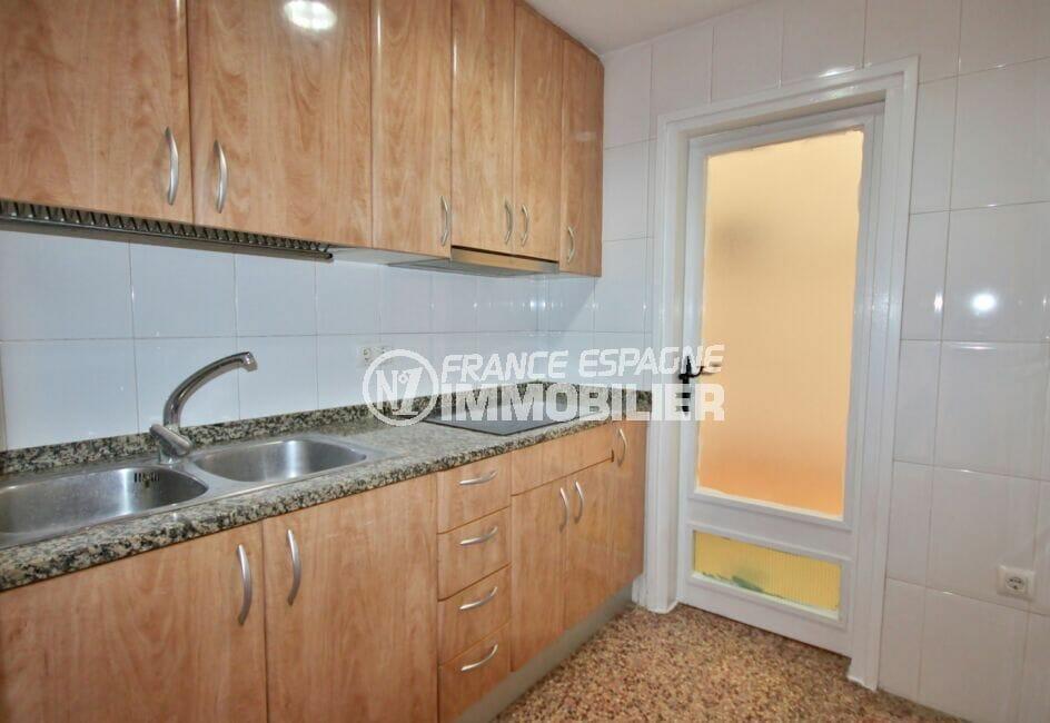 appartement a vendre costa brava, 3 pièces 66 m², cuisine équipée de plaques de cuisson