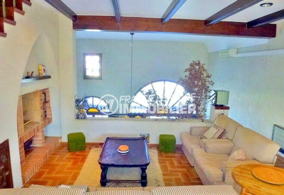 achat maison costa brava, 200 m² avec 4 chambres, salon avec poutres au plafond