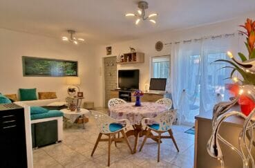 vente immobiliere rosas espagne: villa 3 pièces 92 m², salon avec 2 jolis lustres au plafond
