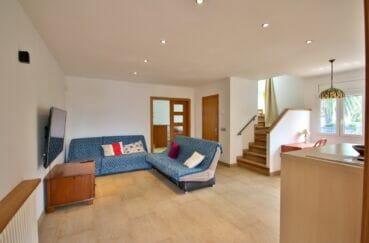 maison à vendre empuriabrava,  5 pièces 265 m², salon avec escalier menant aux chambres