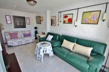 achat appartement empuriabrava, appartement de 38 m, salon avec lustre au plafond
