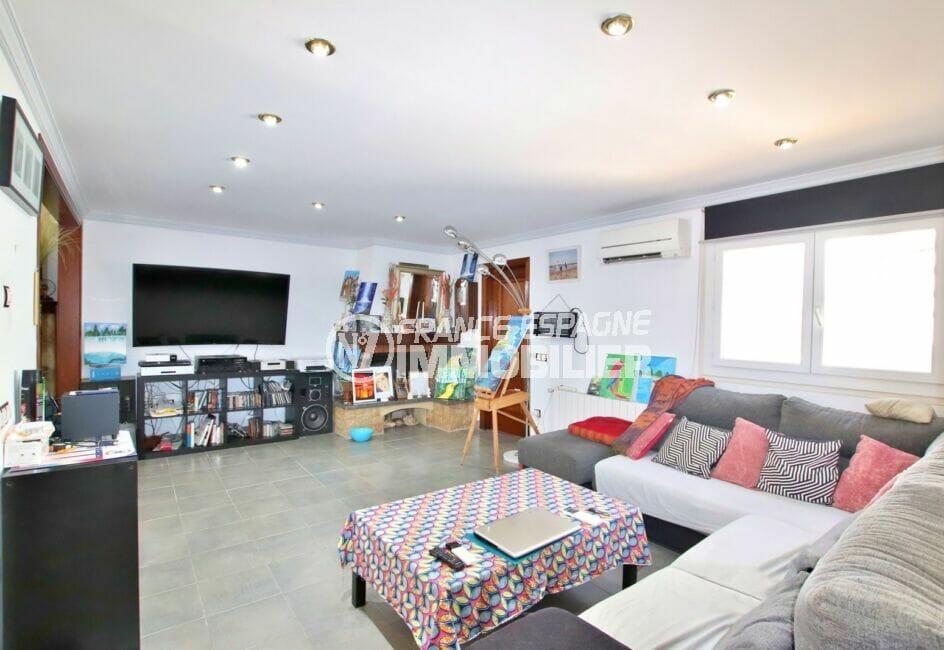 agence immobiliere costa brava: villa 109 m², salon / séjour avec cheminée, climatisation