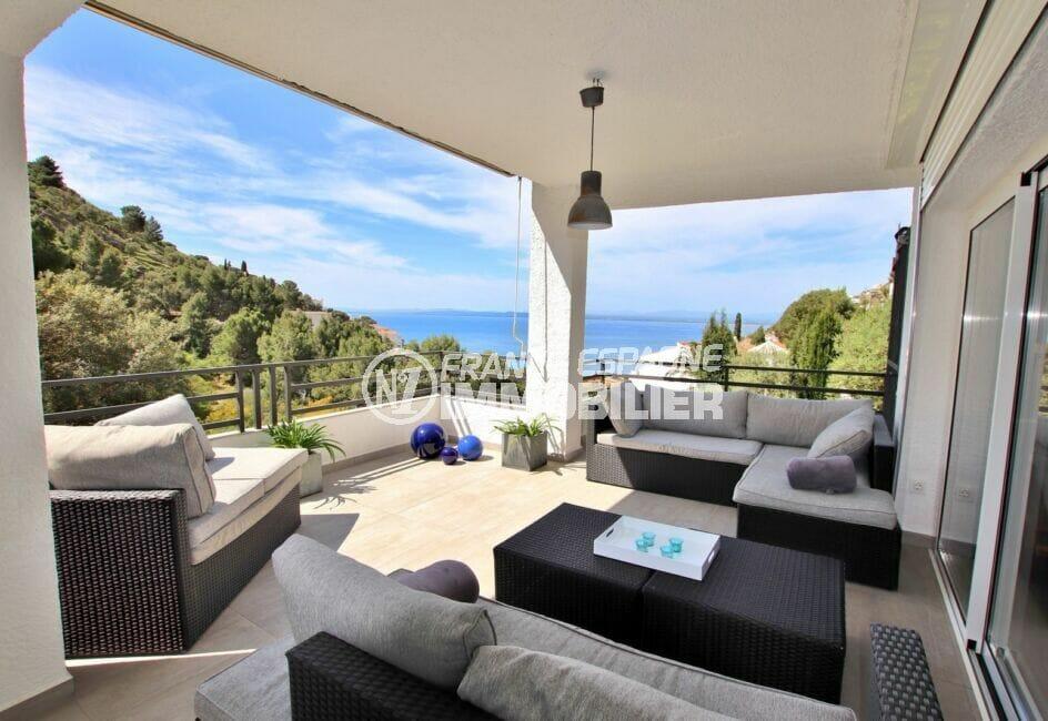 immo roses: villa 300 m², belle terrasse couverte aménagée d'un salon de jardin