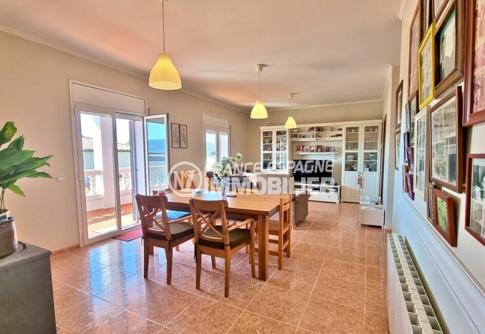 immocenter roses: villa 4 pièces 282 m², salon / séjour avec 3 lustres au plafond