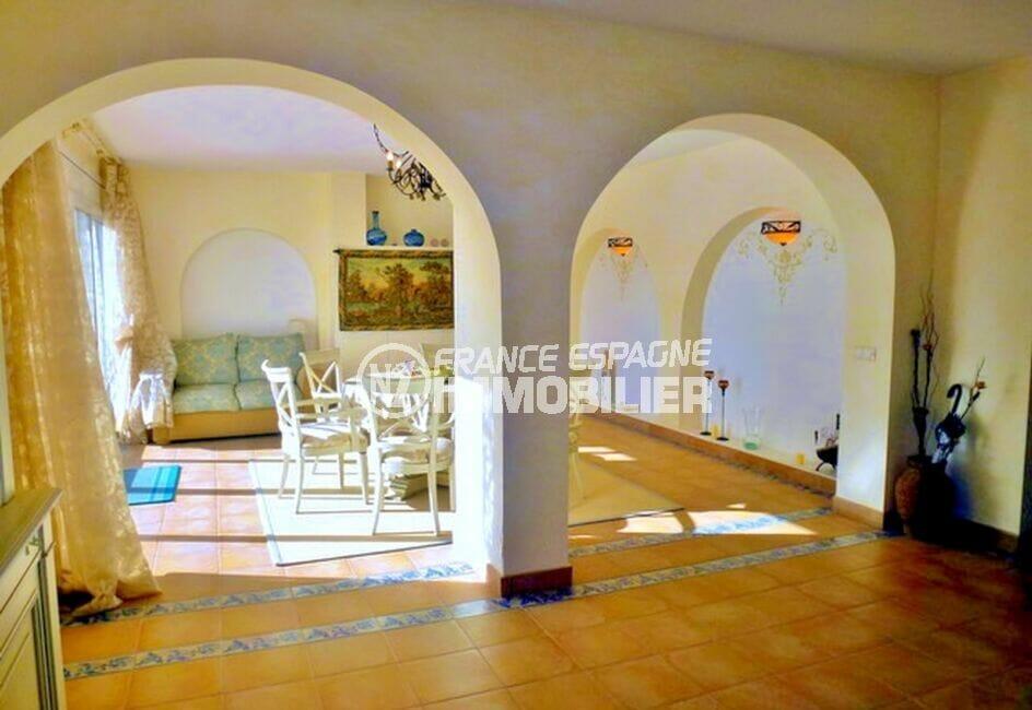 vente maison empuriabrava, 213 m² avec 4 chambres, salle à manger séparé du salon par des voûtes