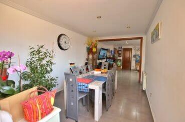 agence immobilière costa brava: villa 109 m², séjour avec table et chaises pour le repas