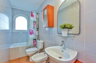 appartement à vendre empuriabrava, atico 3 pièces 57 m², salle de bain avec baignoire et wc