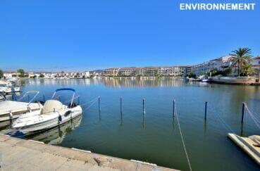 canal d'empuriabrava avec amarrage privée pour les bateaux