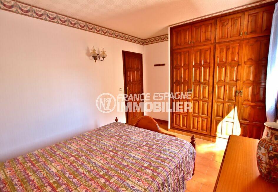 la costa brava: appartement 2 pièces 37 m², chambre à coucher avec une grande armoire encastrée