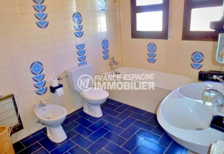 maison a vendre espagne, 200 m² avec 4 chambres, salle de bain avec baignoire et wc