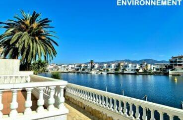 canaux marina d'empuriabrava ses somptueuses villas et bateaux amarrés
