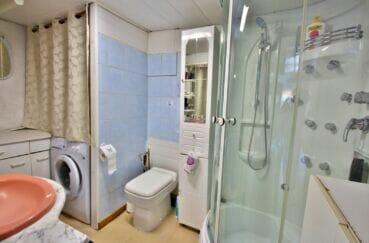 immobilier costa brava: appartement de 38 m², salle d'eau avec douche et wc