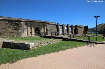 visite à la citadelle de roses, forteresse archéologique, monument historique