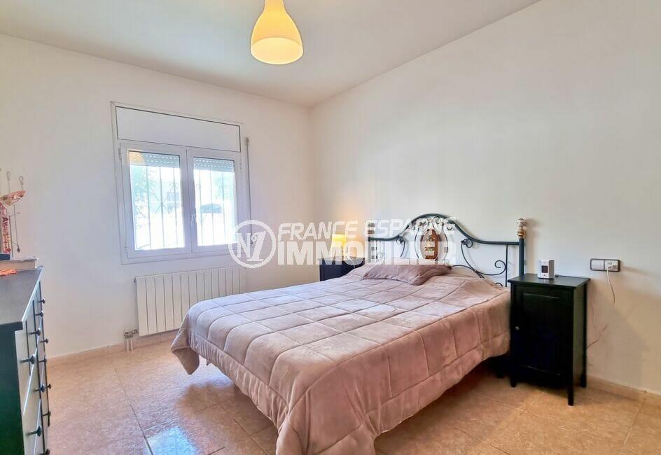 achat maison roses, 4 pièces 282 m², 2° chambre avec lit double, lustre au plafond