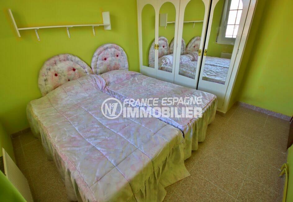 agence empuriabrava: villa 105 m², chambre à coucher aveclit double, armoire, étagères