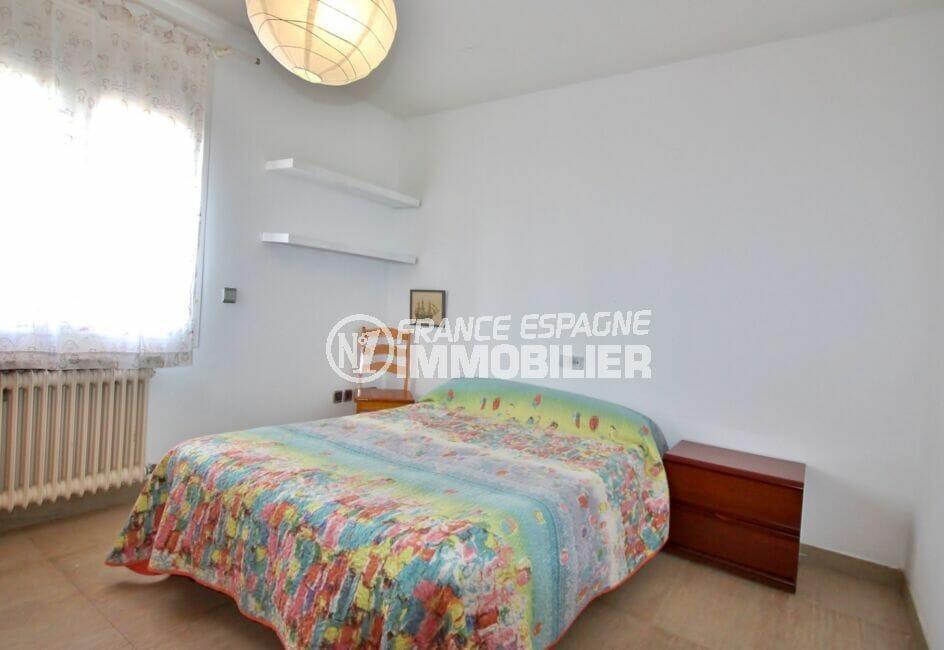 maison a vendre espagne bord de mer, 2° chambre à coucher, lit double, étagères