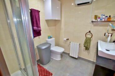 immocenter roses: villa 109 m², salle d'eau avec douche et wc