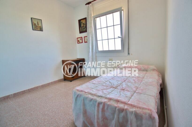 vente immobilière costa brava: villa 105 m², chambre à coucher lumineuse, lit simple