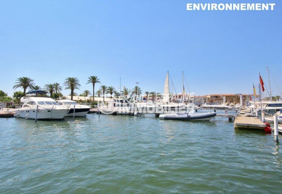 le port d'empuriabrava et ses bateaux à voiles ou à moteur