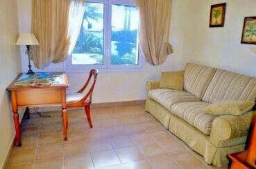 immocenter empuriabrava: villa 213 m², bureau lumineux avec secrétaire et canapé