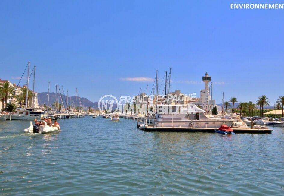 le port d'empuriabrava et ses nombreux bateaux à voiles ou à moteur