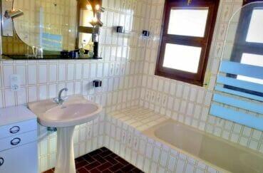 maison a vendre espagne bord de mer, 200 m² avec 4 chambres, salle de bain lumineuse avec 2 fenêtres