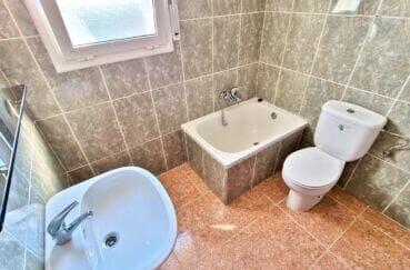 maison roses, 4 pièces 282 m², salle d'eau avec petite baignoire douche, wc