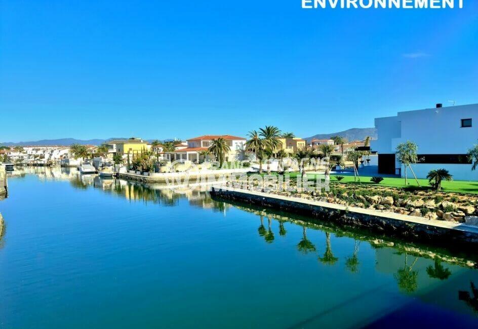 le canal d'empuriabrava avec ses magnifiques villas et ses beaux bateaux à moteur