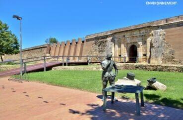 la forteresse militaire de roses construite sur une enceinte fortifiée