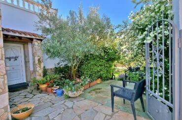 habitaclia rosas: villa 4 pièces 282 m², petite cour d'entrée fleurie et arborée