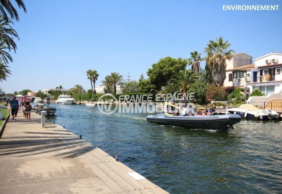 promenade le long du canal d'empuriabrava, somptueuses villas