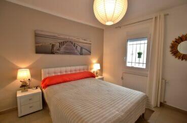 agence immobiliere costa brava: villa 300 m², chambre avec lit double, suspension boule papier