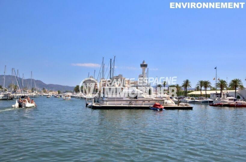 le port de plaisance d'empuriabrava avec ses superbes bateaux à voiles ou à moteurt