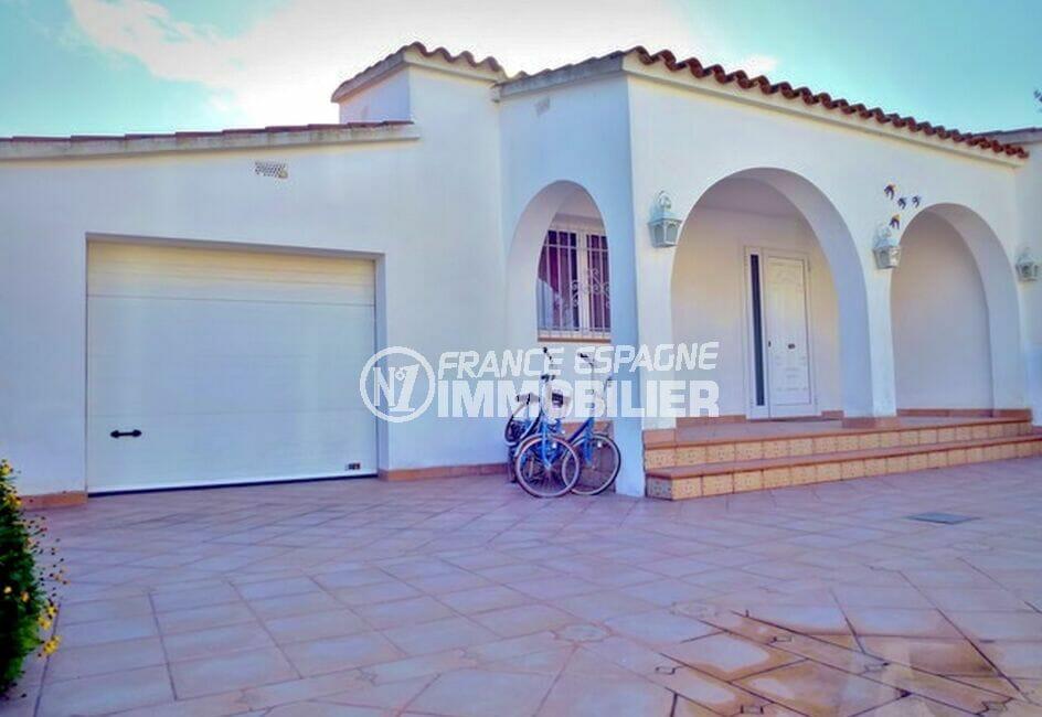 immo costa brava: villa 213 m² avec 4 chambres, garage et parking cour intérieure