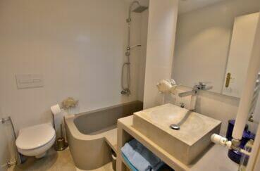 vente immobilier rosas espagne: villa 300 m², salle de bain avec baignoire et wc