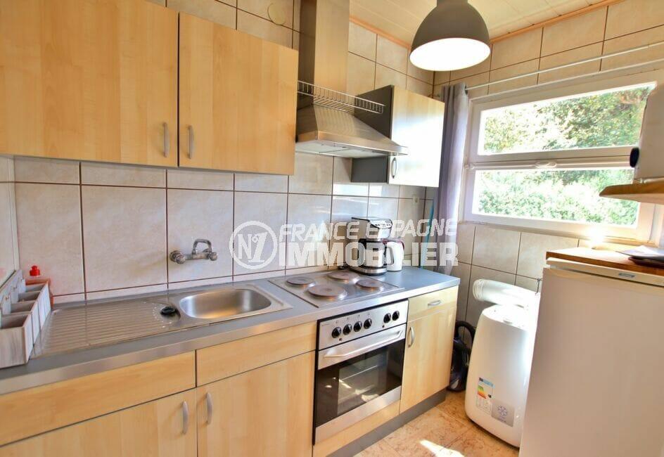 roses immobilier: villa 300 m², jolie cuisine aménagée et équipée, lustre plafond