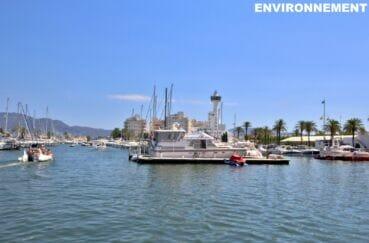 le joli port de plaisance d'empuriabrava avec ses bateaux à voiles ou à moteur