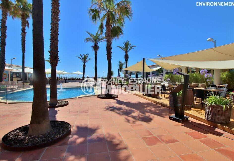 empuriabrava, restaurant avec piscine le long de la plage
