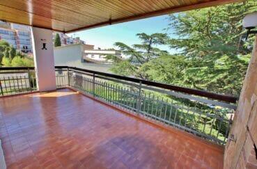 vente appartement rosas, atico 5 pièces de 95 m² avec petite vue mer, parking et cave privés, plage à 300 m