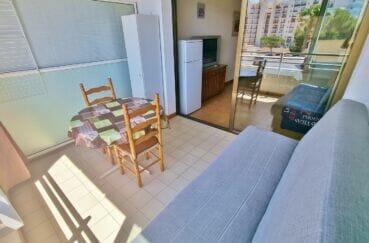 appartement à vendre costa brava, 2 pièces 43 m², veranda aménagée, table, chaises, canapé