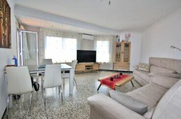 immo roses: appartement 4 pièces 72 m², séjour lumineux donnant sur la terrasse
