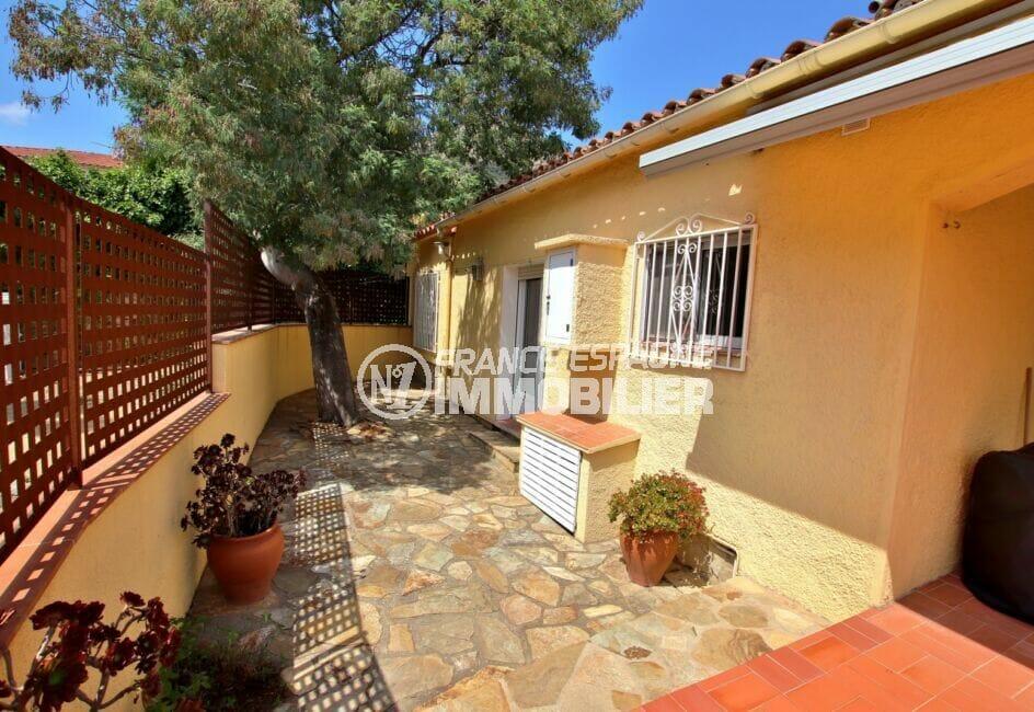 achat villa costa brava, 4 pièces 145 m², jolie cour intérieure avec un arbre