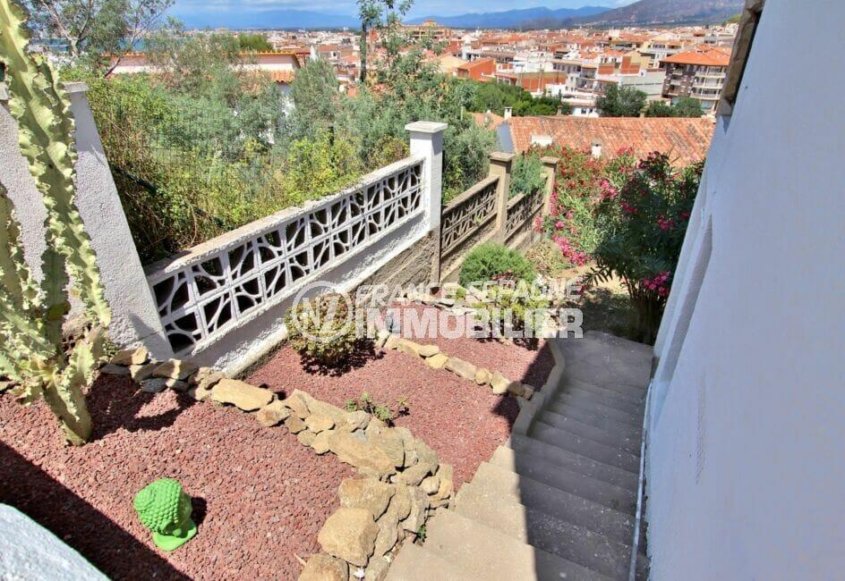 vente immobiliere rosas: villa 4 pièces 166 m², escalier avec bordure verdoyante
