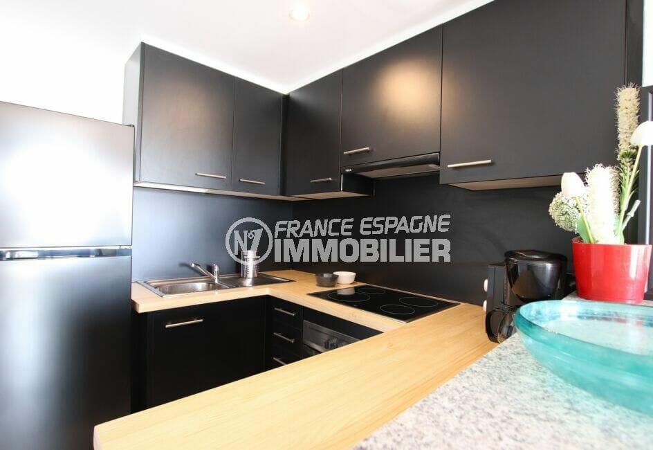 vente appartement rosas, 3 pièces 64 m², cuisine aménagée et équipée, four, hotte, plaques