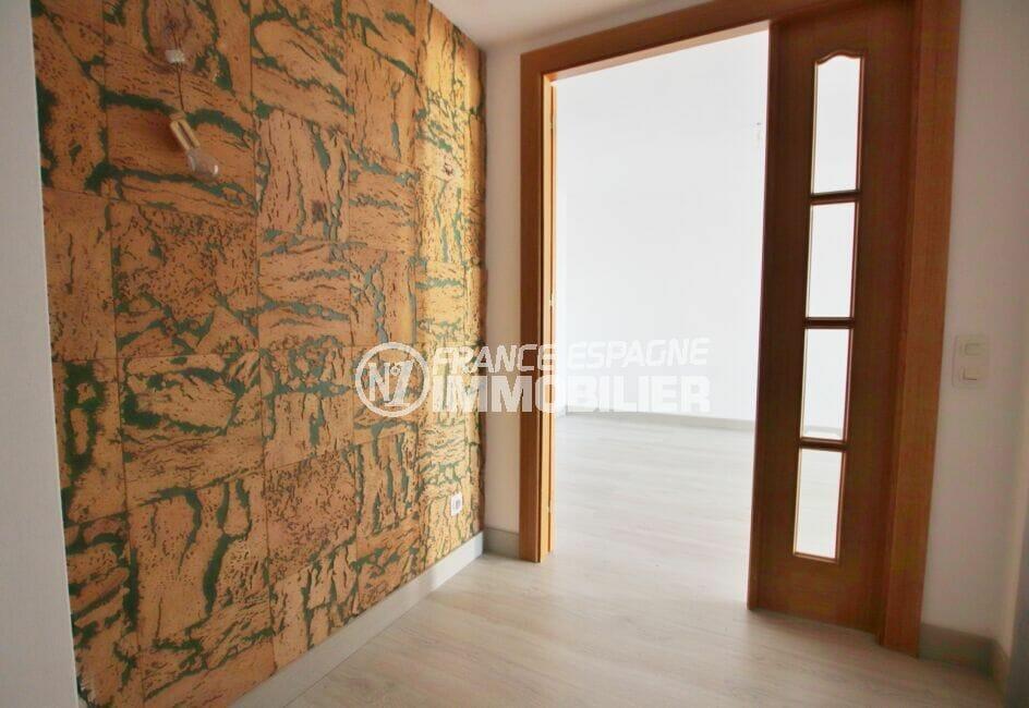 acheter appartement costa brava, 5 pièces 95 m², entrée avec mur design en pierre