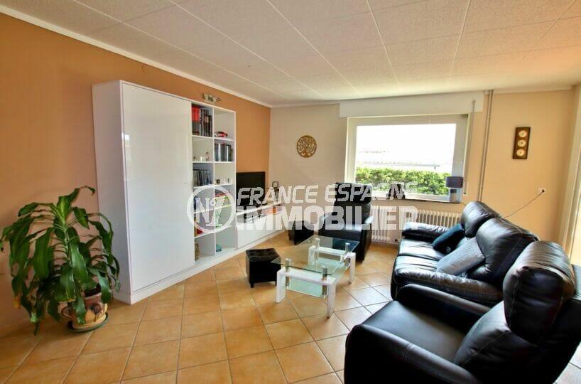 achat maison sur la costa brava, 4 pièces 145 m², salon avec carrelage, dalles au plafond