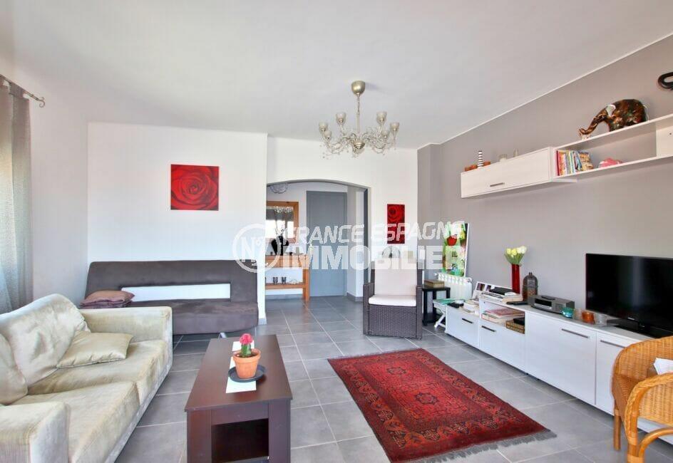 achat maison roses espagne, 4 pièces 166 m², salon lumineux, jolie lustre au plafond