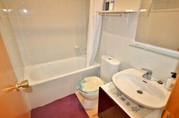 immocenter empuriabrava: appartement 3 pièces 57 m², salle de bain avec baignoire et wc
